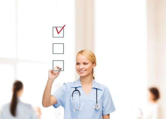 Uma enfermeira a desenhar os checks de uma checklist
